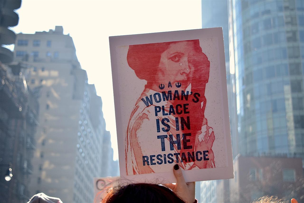 Manifestantes en pro de las mujeres. Imagen de Robert Jones en Pixabay