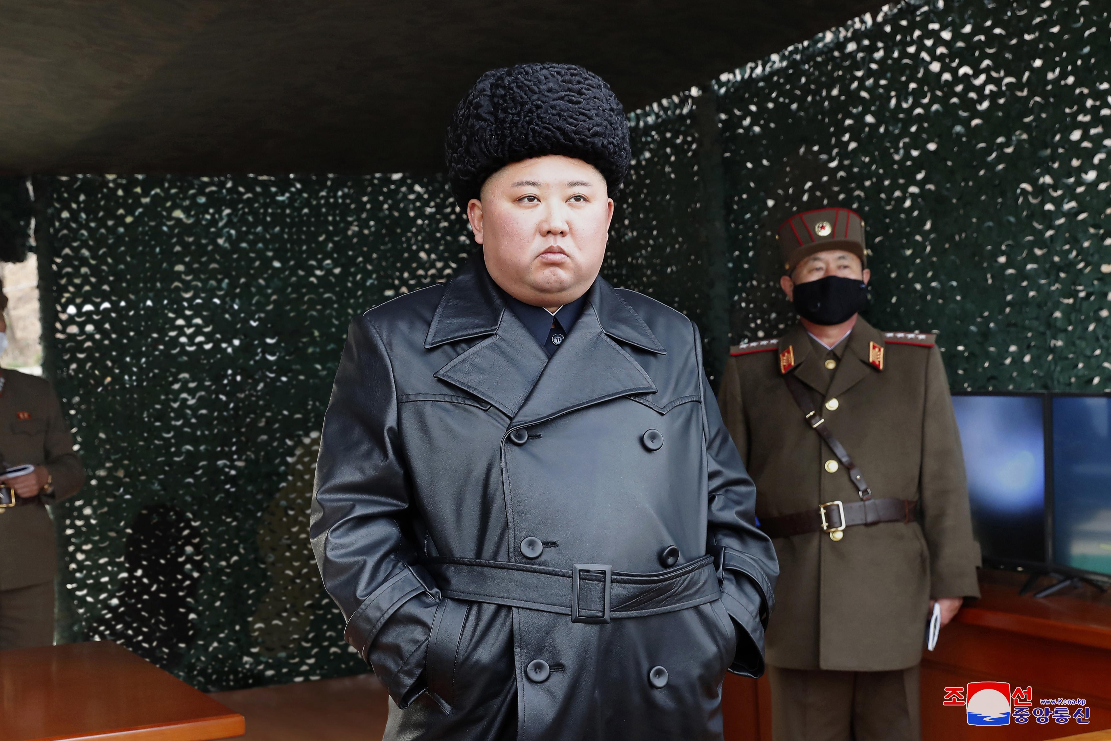 El gran lóder Kim Jong Un observa ejercicio de alto impacto realizados por la artíllería de l Ejército Popular de Corea (EPC).